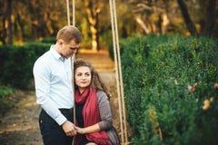 Schöne junge liebevolle Paare, die draußen am Park gehen stockbild