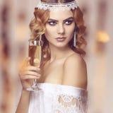 Schöne junge Luxusfrau mit Champagner Lizenzfreies Stockfoto
