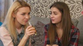 Schöne junge Mädchen in der zufälligen Kleidung hören auf Jungengeschichten und -c$lächeln stock video