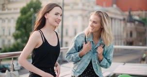 Schöne junge Mädchen, die auf einer Dachspitze in einer Stadt sich entspannen Lizenzfreie Stockfotografie