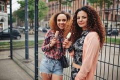Schöne junge Mädchen, die Eiscreme essen Stockfoto