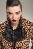 Schöne junge Modefrau, welche die Kamera betrachtet Stockfotos