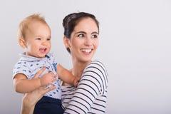 Schöne junge Mutter mit Baby stockfotos