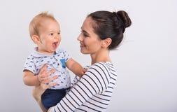 Schöne junge Mutter mit Baby lizenzfreie stockfotografie