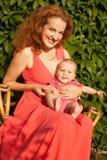 Schöne junge Mutter mit Baby Stockbild