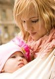 Schöne junge Mutter mit ihrer Schätzchentochter stockbild