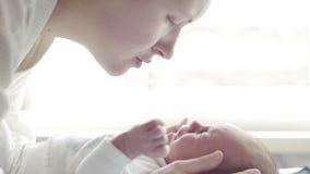 Schöne junge Mutter mit schreiendem Baby stock footage
