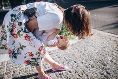 Schöne junge Mutter und netter entzückender blonder Junge spielen und haben Spaß Frau lieben ihren Sohn Lizenzfreie Stockbilder