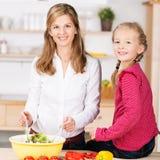 Schöne junge Mutter und Tochter Stockbilder