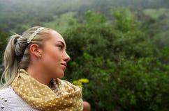 Schöne junge nachdenkliche Frau in einem Wald Lizenzfreie Stockfotos