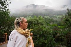 Schöne junge nachdenkliche Frau in einem Wald Lizenzfreie Stockbilder
