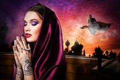 Schöne junge orientalische Frau stockfotografie