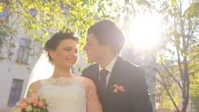 Schöne junge Paarbraut und -bräutigam, die herein steht stock video
