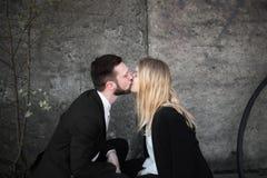 Schöne junge Paare auf einem Sonnenuntergang Lizenzfreie Stockfotografie