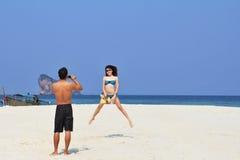 Schöne junge Paare auf einem Strand Lizenzfreie Stockbilder