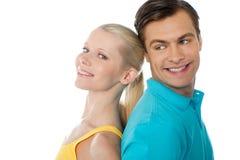 Schöne junge Paare in der Liebe, werfend auf stockbilder
