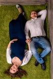 Schöne junge Paare, die Baby erwarten Lizenzfreie Stockfotos