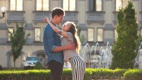 Schöne junge Paare, die draußen küssen stock video