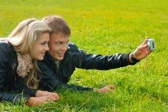 Schöne junge Paare, die ein selfie in einem Park im Sommer nehmen Stockbilder