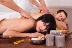 Schöne junge Paare, die Massage genießen lizenzfreies stockfoto