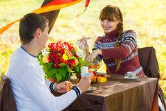 Schöne junge Paare, die Picknick in Herbst Park haben E Lizenzfreies Stockbild