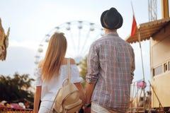 Schöne, junge Paare, die Spaß an einem Vergnügungspark haben Paar-Datierungs-Entspannungs-Liebes-Freizeitpark-Konzept Paare, die  lizenzfreies stockfoto