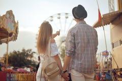 Schöne, junge Paare, die Spaß an einem Vergnügungspark haben Paar-Datierungs-Entspannungs-Liebes-Freizeitpark-Konzept Paare, die  stockbilder