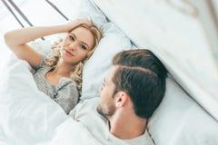 schöne junge Paare, die zusammen aufwachen lizenzfreies stockfoto