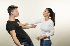 Schöne junge Paare im Liebes- und Kampfkonzept Lizenzfreies Stockbild