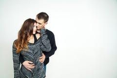 Schöne junge Paare lokalisiert auf weißem Hintergrund Stockfotografie