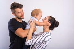 Schöne junge Paare mit einem kleinen Jungen stockfoto