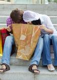 Schöne junge Paare nach dem Einkauf Lizenzfreie Stockfotografie