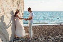 Schöne junge Paare nahe dem Felsen lizenzfreies stockbild