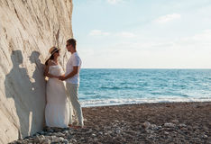 Schöne junge Paare nahe dem Felsen stockbilder