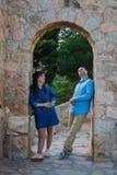 Schöne junge Paare nahe den alten Wänden des alten Schlosses lizenzfreie stockfotos