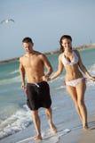 Schöne junge Paare am Strand Stockfotografie