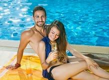 Schöne junge Paare, welche die Sommersonne genießen Stockfotos