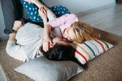 Schöne junge Paare zu Hause lizenzfreie stockbilder