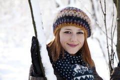 Schöne junge red-haired Frau im Winterpark Lizenzfreies Stockfoto