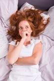 Schöne, junge, redheaded Frau träumt von etwas Stockfoto