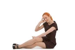 Schöne Frau, die einen Anruf mich Geste macht Lizenzfreies Stockfoto