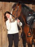 Schöne junge Reiterfrau im Winterland Lizenzfreies Stockbild