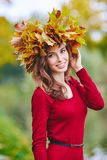 Schöne junge Rothaarigefrau mit einem Kranz von Blättern auf ihrem Kopf Stockfotos