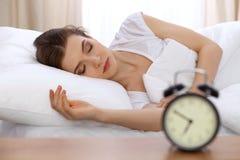 Schöne junge schlafende Frau beim im Bett bequem und himmlisch liegen Früher Morgen, wachen Sie für Arbeit oder auf lizenzfreies stockbild