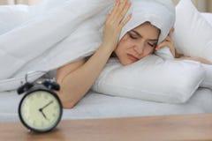 Schöne junge schlafende Frau beim im Bett bequem und himmlisch liegen Früher Morgen, wachen Sie für Arbeit oder auf stockbild