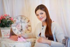 Schöne junge schwangere Frau, Brunette Stockbild
