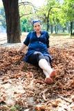 Schöne junge schwangere Frau in der Natur Lizenzfreie Stockfotografie