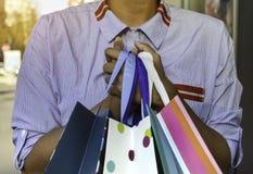 Schöne junge schwarze Frau, die Einkaufstaschen hält Konzept über das Einkaufen, Lebensstil und Leute stockfotografie