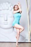 Schöne junge sexy blonde Frau mit einer Sportkonstitution schlankes s Stockfotografie