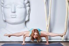 Schöne junge sexy blonde Frau mit einer Sportkonstitution schlankes s Stockfotos